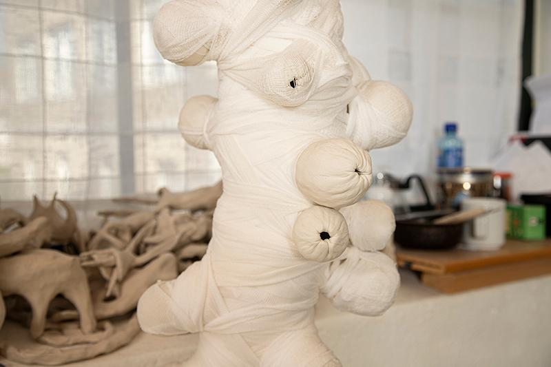 Lina Meseke jobber innimellom med andre materialer, som denne installasjonen i tekstil og keramikk. (Foto: Mats Linder)