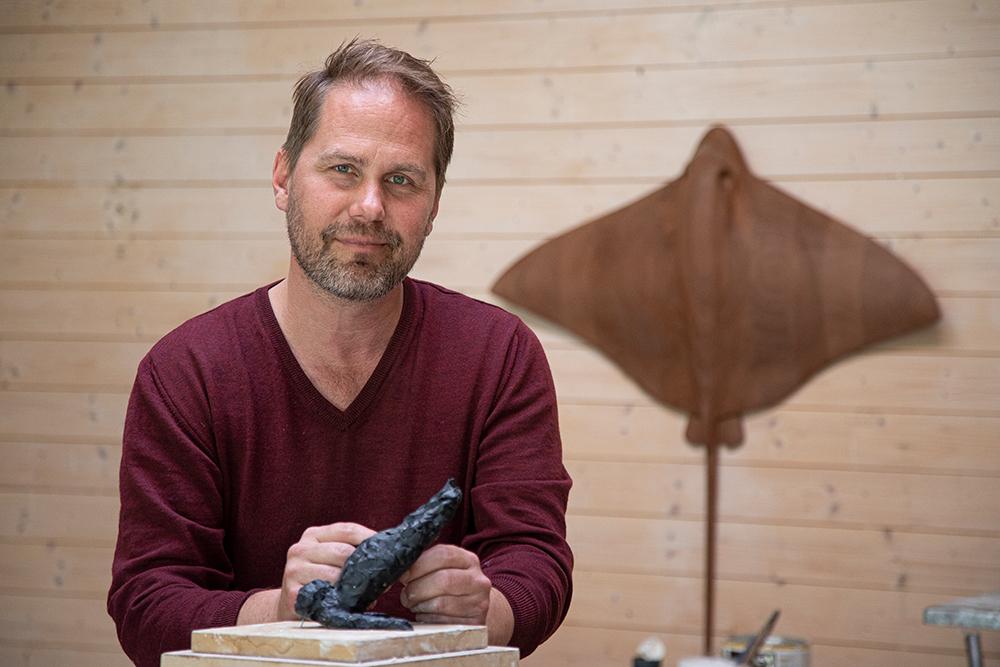 Petter Hepsø har funnet seg til rette på Kråkerøy i Fredrikstad der han satt opp et atelier i hagen. (Foto: Mats Linder)