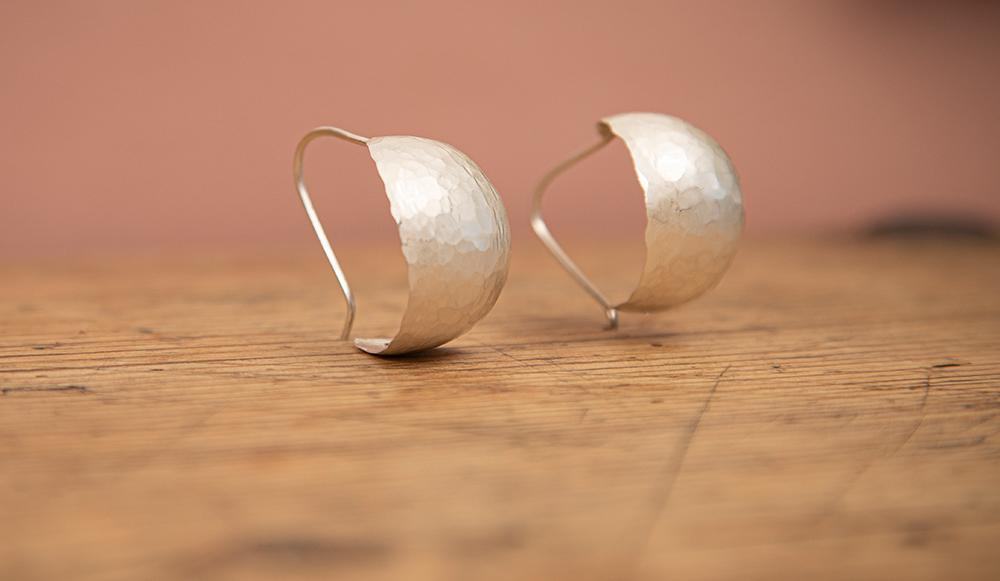 Øresmykke i sølv. Modell: Bold curved. (Foto: Mats Linder)