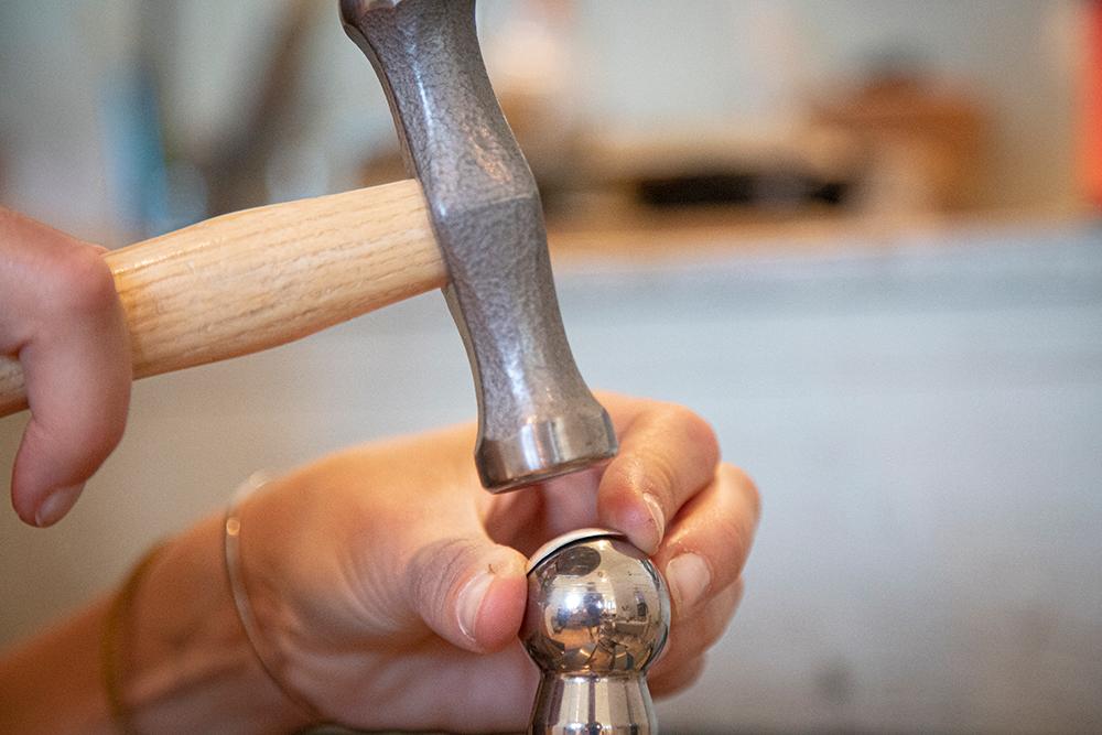 Det kreves nøyaktighet å forme metallet til å bli et smykke. (Foto: Mats Linder)
