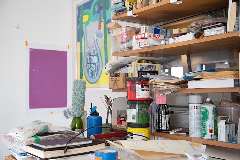 I det lille atelieret er det kun plass til de aller mest nødvendige kunstnermaterialene. (Foto: Mats Linder)
