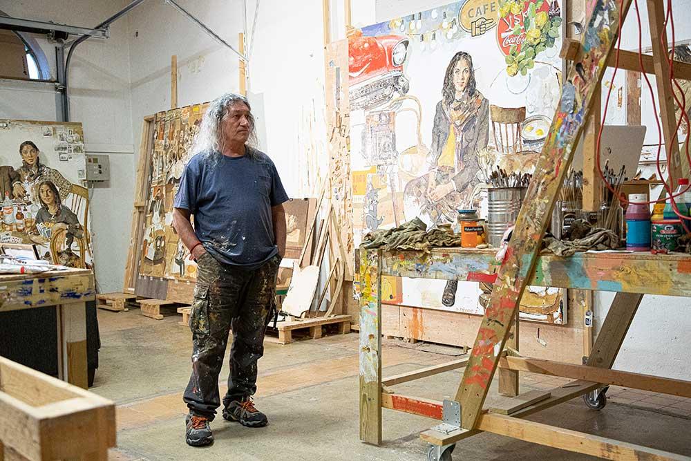 I det store atelieret på Øra har Davood muligheten til å jobbe med flere store malerier samtidig. (Foto: Mats Linder)