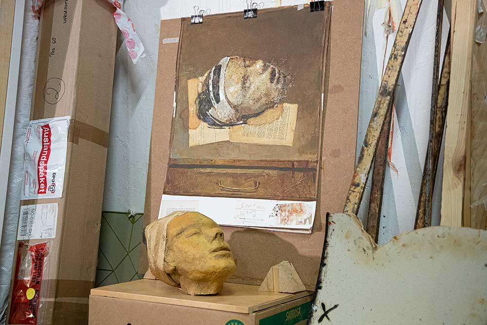 Som en protest mot det iranske regimet har Davood malt et avkappet menneskehode. (Foto: Mats Linder)