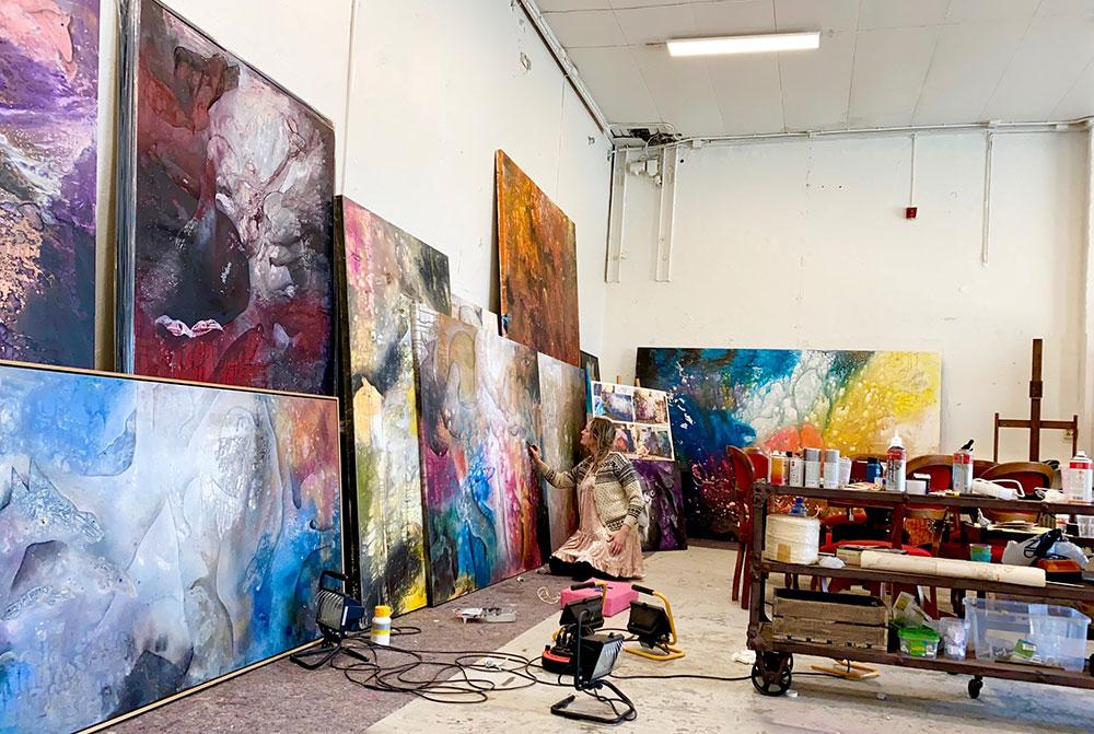 Merete Steinvik Haugen i arbeid på atelieret.